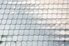 鱼鳞纹理银金属形状墙壁盖子镀铬物反射背景 免版税图库摄影