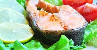 鱼宴-与菜的烤鱼 免版税图库摄影