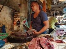 鱼贩子准备他们的鱼在市场上在苏里高市 Mindano 菲律宾 免版税库存图片