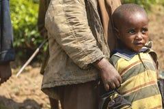 鲁亨盖里,卢旺达- 2015年9月7日:未认出的孩子 免版税库存图片