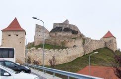 鲁佩亚城堡的堡垒墙壁的片段在路的14世纪建造的在Sighisoara和布拉索夫之间在罗马尼亚 免版税图库摄影
