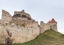 鲁佩亚城堡的堡垒墙壁的片段在路的14世纪建造的在Sighisoara和布拉索夫之间在罗马尼亚 库存图片