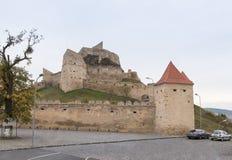 鲁佩亚城堡的堡垒墙壁的片段在路的14世纪建造的在Sighisoara和布拉索夫之间在罗马尼亚 免版税库存图片