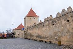 鲁佩亚城堡的堡垒墙壁的片段在路的14世纪建造的在Sighisoara和布拉索夫之间在罗马尼亚 库存照片