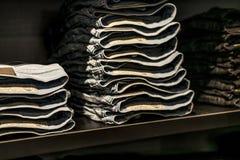 鲁尔蒙德荷兰07 05 在柴油商店的2017堆蓝色牛仔裤在Mc亚瑟幽谷设计师出口商店地区 库存照片