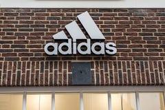 鲁尔蒙德荷兰07 05 2017年爱迪达砖房子商店的商标在Mc亚瑟幽谷设计师出口商店地区 库存照片