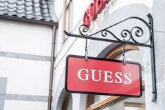 鲁尔蒙德荷兰07 05 2017年猜测衣裳商店的商标在Mc亚瑟幽谷设计师出口商店地区 免版税库存照片