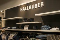 鲁尔蒙德荷兰07 05 2017年Hallhuber商店的商标在Mc亚瑟幽谷设计师出口商店地区 免版税库存图片