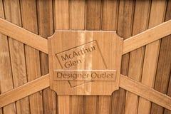 鲁尔蒙德,荷兰07 05 2017个入口在Mc亚瑟幽谷设计师出口商店地区的木头的标志商标 免版税库存照片