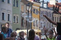 鲁布林,波兰2017年7月29日-使用与泡影的孩子在C 库存照片