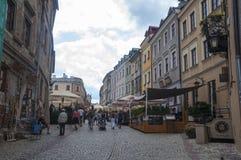 鲁布林,波兰2017年7月10日-小山的老镇砖路 库存图片