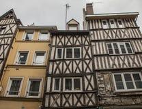 鲁昂,诺曼底,法国,欧洲-连栋房屋lookingup 免版税库存图片
