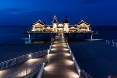 鲁根岛Ostseebad塞林码头在蓝色小时 库存图片