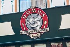 鲁汶,比利时- 2014年9月05日:多穆斯餐馆和啤酒厂的牌在Eikstraat街上在鲁汶 免版税图库摄影
