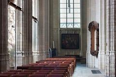 鲁汶,比利时- 2014年9月05日:旁边教堂中殿在鲁汶著名圣皮特圣徒・彼得` s教会里  免版税库存图片