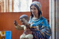 鲁汶,比利时- 2014年9月05日:母亲玛丽的雕象有小的耶稣在圣皮特圣徒・彼得` s教会里 图库摄影