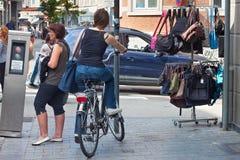 鲁汶,比利时- 2014年9月05日:鲁汶自行车街市的未知的少妇  库存图片