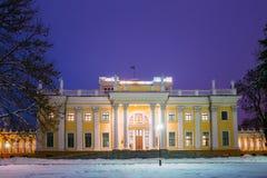 鲁缅采夫Paskevich宫殿在多雪的城市公园在戈梅利,白俄罗斯 免版税库存照片