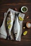 鲈鱼用柠檬和麝香草 免版税图库摄影