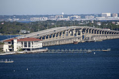 鲍伯Sikes在海湾微风和彭萨科拉之间的收费桥使佛罗里达美国靠岸 免版税库存图片