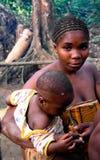 鲍卡有儿童Dja储备的,喀麦隆矮人妇女画象  免版税图库摄影