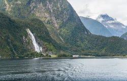 鲍恩秋天是最高和最强有力的瀑布在世界的著名米尔福德峡湾在南部Fiordland国立公园  库存图片