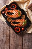 鲑鱼排和菜在格栅平底锅 垂直的顶视图 免版税库存图片