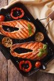 鲑鱼排和菜在格栅特写镜头 垂直的顶视图 免版税库存图片