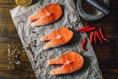 鲑鱼排和香料 库存照片