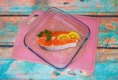 鲑鱼排有柠檬顶视图 库存照片