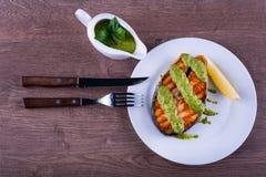 鲑鱼排烤与调味汁chimichurri 免版税库存照片