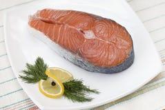 在白色板材的鲑鱼排 免版税库存照片