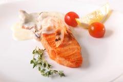 鲑鱼排用小汤 免版税图库摄影