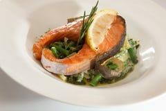 鲑鱼排用小汤 库存照片