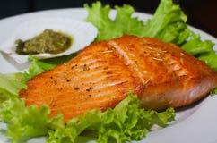鲑鱼排用莴苣和pesto调味汁 免版税图库摄影