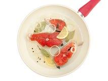 鲑鱼排顶视图在煎锅的 免版税图库摄影