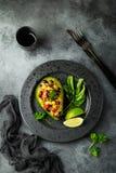 鲕梨、奎奴亚藜、黑豆、玉米和甜椒沙拉服务 免版税库存照片