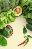 鲕梨、沙拉、硬花甘蓝、菠菜和胡椒在白色背景 与新被分类的绿色的健康食物概念 免版税库存图片