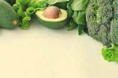 鲕梨、沙拉、硬花甘蓝、菠菜和胡椒在白色背景 与新被分类的绿色的健康食物概念 免版税库存照片
