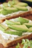 鲕梨和乳脂干酪 免版税库存照片