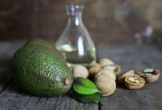 鲕梨和油在木背景 图库摄影