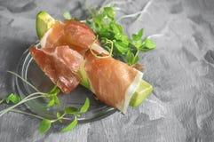 鲕梨和熏火腿可口多士与绿色发芽了芥末 健康早餐拷贝空间 库存图片
