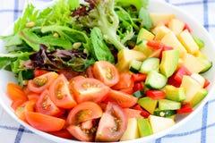 鲕梨和蕃茄沙拉 免版税库存图片