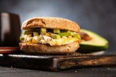 鲕梨和蛋三明治 免版税库存照片