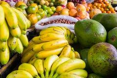 鲕梨和香蕉在水果摊 库存照片