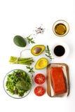 鲕梨和鳟鱼沙拉的成份在白色背景顶视图 库存图片