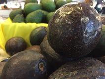 鲕梨在水果市场上 免版税库存照片