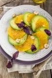 鲕梨开胃菜,橙色与紫色蓬蒿和榛子 库存照片