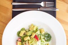 鲕梨菠菜新鲜的沙拉 库存照片