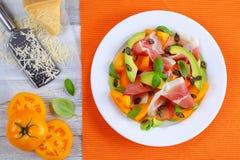 鲕梨,火腿,蕃茄, pampkin播种沙拉 图库摄影